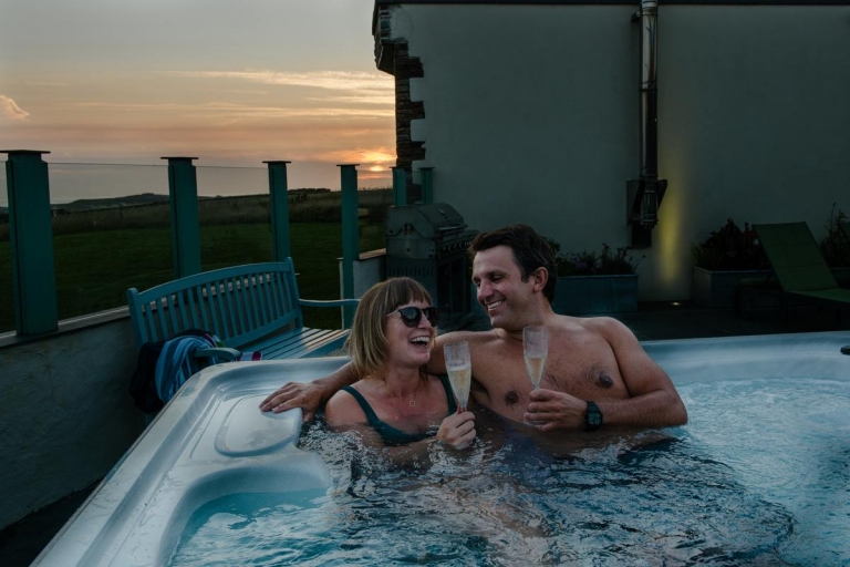 couple-relax-hottub-cornwall-luxury-holiday-cottage